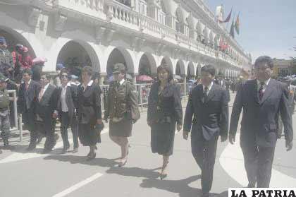 La Defensora del Pueblo junto a su personal