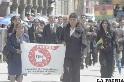 Trabajadores de la Prensa de Oruro, manifiestan su civismo en el homenaje de la Gesta Libertaria del 10 de Febrero