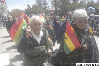 Las viudas de los ex combatientes de la Guerra del Chaco, portaron la tricolor boliviana