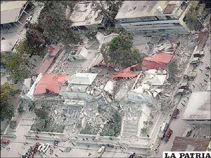 Paul Conneally, un vocero de la Cruz Roja en Haití, le dijo a la BBC que la devastación que se ve desde un avión es tan impresionante como la que se ve estando en suelo haitiano.