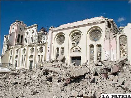 Casi no queda nada en pie en Puerto Príncipe, la capital de Haití, y, de momento, la gente tiene que valerse por sí misma. En esta imagen se observa la Catedral de Puerto Príncipe.