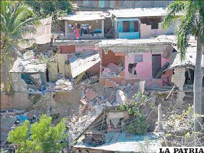 Se calcula que el epicentro del terremoto, que midió 7 en la escala de Richter, fue a unos 15 kilómetros de Puerto Príncipe, y el hipocentro (el punto debajo de la superficie terrestre donde comenzó la ruptura) fue a sólo 8 kilómetros de la superficie.