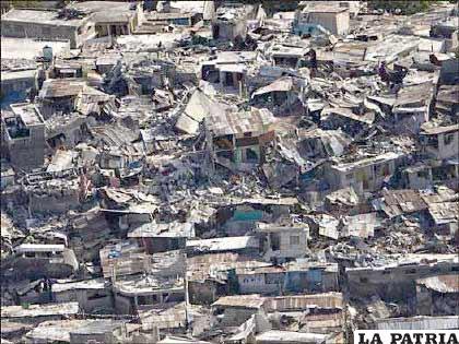 Gran parte de la capital haitiana, Puerto Príncipe, quedó reducida a escombros. Muchas de las edificaciones de la ciudad eran casas de poca altura poco consistentes.
