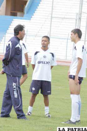 Jugadores de San José conversando con Marcos Ferrufino
