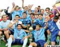 Los integrantes de Bolívar, orgullosos muestran su trofeo de campeón