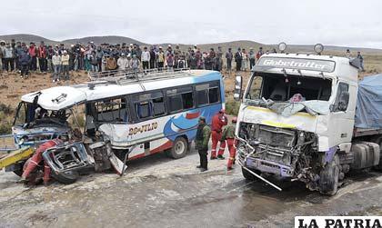 Vista general de la colisión del tráiler y bus de la empresa 26 de Julio, a la izquierda el cuerpo sin vida de Alberto Arias Rojas