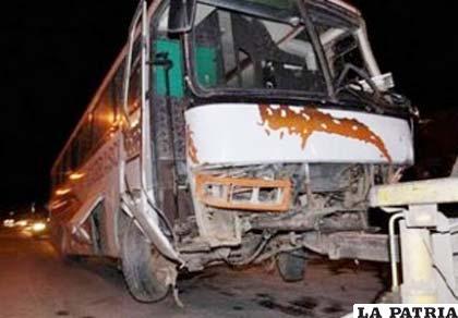 Nueva tragedia en la carretera con el choque de un bus contra un tráiler, foto ilustrativa