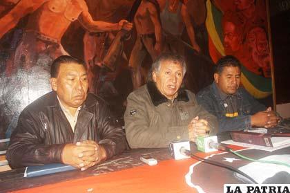 El ejecutivo de la COD, Jaime Solares, junto a dirigentes vecinales