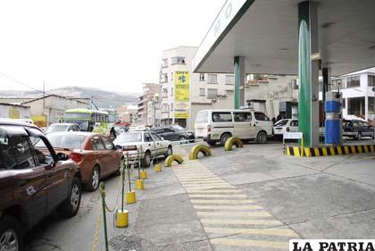 """Cualquier mínimo rumor sobre nuevo """"gasolinazo"""" provoca largas filas en surtidores"""
