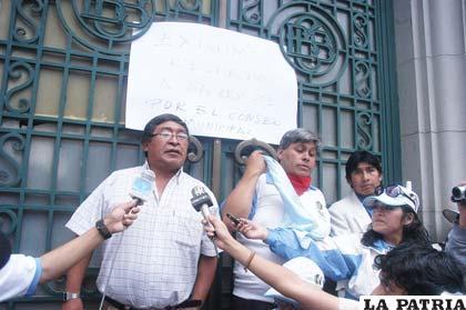 Folkloristas protestaron en defensa del respeto a la ley que determina responsables de la organización del Carnaval