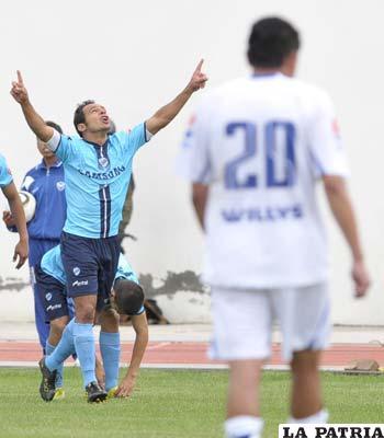 Ze Carlos celebra el primer gol de Bolívar en el encuentro