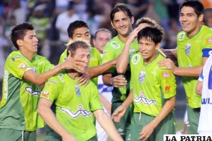 Jugadores de Oriente Petrolero, festejan el segundo tanto que les sirvió para la victoria ante San José