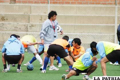 Víctor Hugo Andrada, al mando del equipo de San José, en la práctica de ayer en la cancha del Oruro Royal