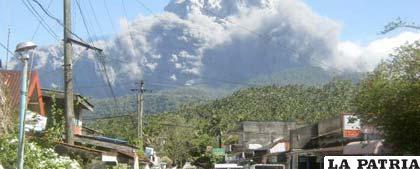 Volcán Bulusan de Filipinas está en actividad y provocó la huida de miles de personas