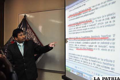 Calizaya explica los detalles en la conferencia de prensa