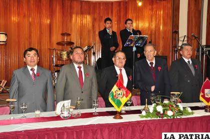 Socios del Club Oruro rindieron homenaje a la Revolución del 10 de Febrero de 1781