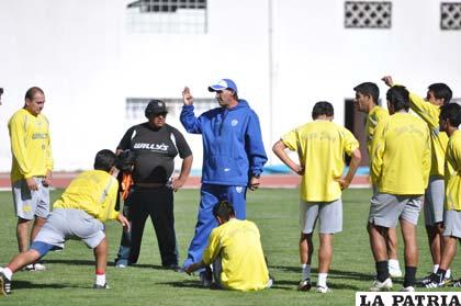 Marcos Ferrufino imparte instrucciones antes de comenzar el entrenamiento