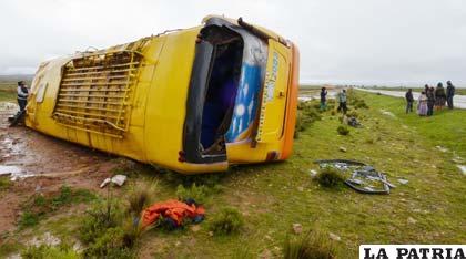 Así quedó el bus que se accidentó en la carretera Oruro - La Paz