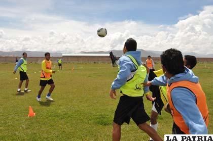 Entrenamiento de los jugadores de San José en la cancha de propiedad del club