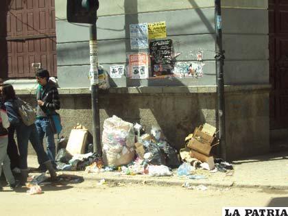 Promontorios de basura en pleno centro de la ciudad, 6 de Octubre y Cochabamba