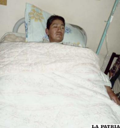 El efectivo policial Abraham Fernández, internado en el Hospital Obrero
