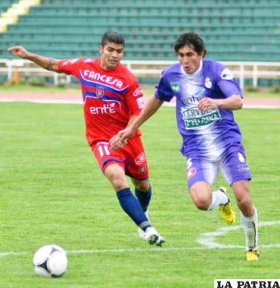 Gabriel Ríos disputa el balón con Ariel Aragón