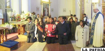 Autoridades postradas ante la imagen de la Virgen del Socavón