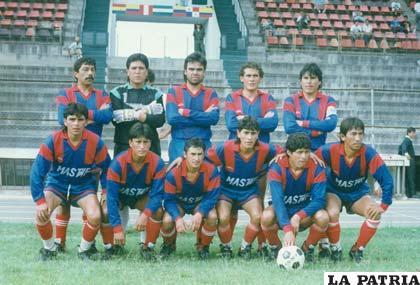Jugadores del equipo de Estudiantes Frontanilla en 1993 jugaron la final con Real Santa Cruz, Saúl Zurita con el cintillo de capitán