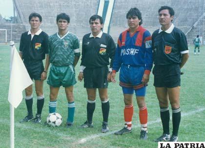 Raúl Medeiros capitán de la Florida y Saúl Zurita capitán de Estudiantes Frontanilla en 1993