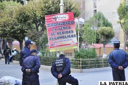 Gendarmes municipales cuidando la Plaza de la Ranchería