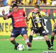Luis Carlos Paz y Alejandro Chumacero disputan el balón