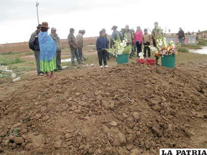 Las víctimas fueron enterradas una al lado de la otra