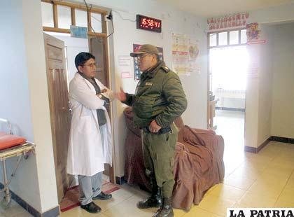 El médico de turno dialoga con un funcionario policial que investiga el hecho