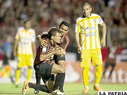 Paulo Dias celebra el gol que le sirvió para ganar al Paranaense