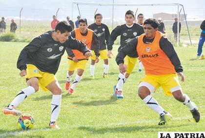 Luis Torrico con el dominio de la pelota