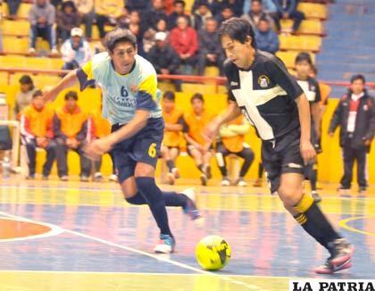 Una incidencia del partido jugado entre Wolf Sport de La Paz y Jusape de Potosí