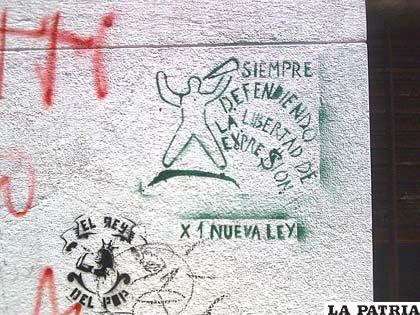 Pintura en un muro de la ciudad de Córdoba en alusión a la Ley de Medios