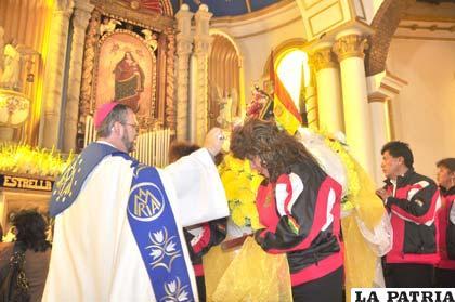 Monseñor Bialasik da la bendición a participantes del Carnaval 2014