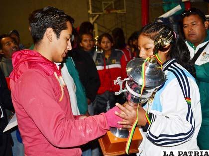 Altamirano recibe el trofeo de campeón, fue la única orureña que logró medalla de oro