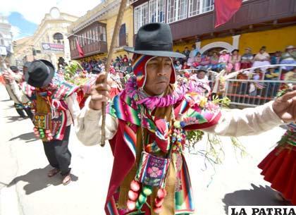 Con los chicotes en mano, bailaron los del Municipio de Toledo