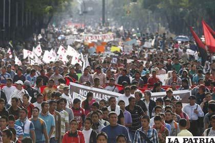 Maestros marchan en demanda de justicia por los hechos de violencia en México