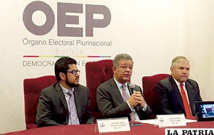 Leonel Fernández, jefe de la Misión de Observación de la OEA (centro) junto a personeros del organismo /ANF