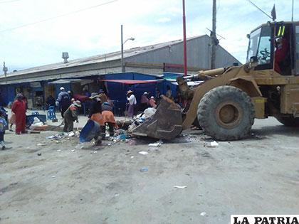 Trabajadores de EMAO en pleno recojo de basura