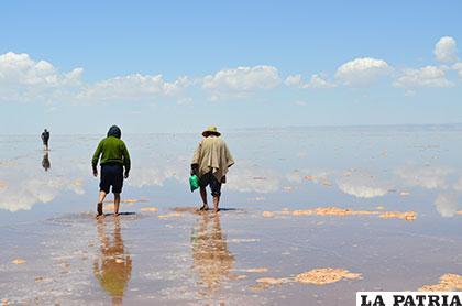 Panorámica del lago Poopó en la que se aprecia la altura del agua en relación a las personas