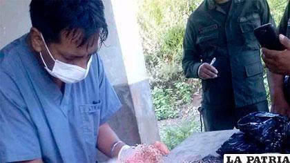 Médico revisa el cuerpo del niño encontrado /ERBOL