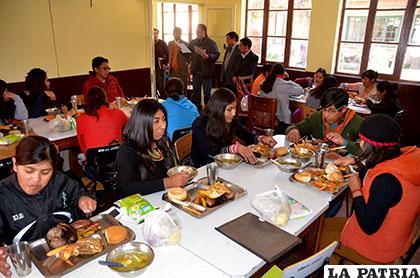 Universitarios analizan cambio de modalidad de la beca comedor