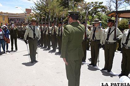 El oficial responsable de la delegación de la Anapol, saluda al comandante de Oruro