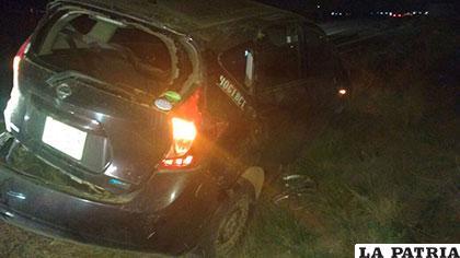 Los vidrios y otras partes del coche resultaron destrozadas