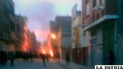 La turba enardecida quemó la casa del Alcalde en Achacachi /ANF