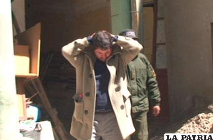 Presunto estafador está recluido en celdas policiales